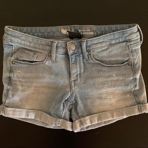 Mid-rise midi jean shorts, bleach/acid wash